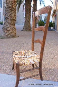 Ancienne chaise de nourrice paillée, de facture très rustique. Tons beiges - marrons.