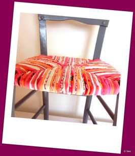 Chaise paillée, peinte dans un ton gris satiné. Tons roses, rouges, corail, écru