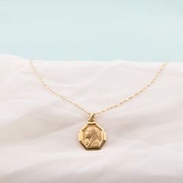 Médaille dorée de la vierge en prière
