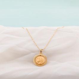 Médaille dorée de la vierge ciselée