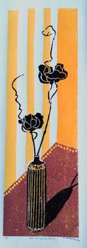 Vase mit schwarzen Blumen