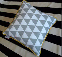 Kissen Triangle - grau / gelbe Rand