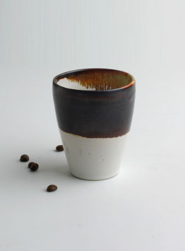 Trinkbecher schwarz/weiss aus Keramik