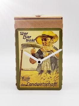 Wer Bier trinkt hilft Blechpostkartenuhr tm 144x101mm in Umweltkartonage...!