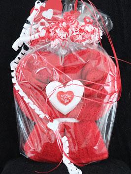 """Herz in rot, fertig in Geschenkverpackung mit """"I love you"""" aus einem Duschtuch"""