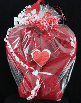 Herz in rot, fertig in Geschenkverpackung, z. B. für Muttertag und Geburtstag aus einem Badetuch