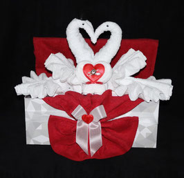 """Hochzeitsgeschenk  """"Schwanenliebe"""", dargestellt in einer Geschenkbox"""