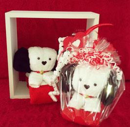 """Handtuchfigur als """"kleiner Hund in weiß"""" plus rotem Gästehandtuch, geschenkverpackt"""