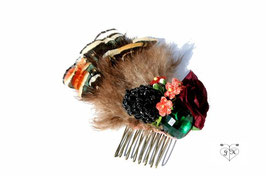 Haarkamm mit Fasanenfedern, einem grünem Schmuckstein, einer Schmuckbeere und Röschen - UNIKAT