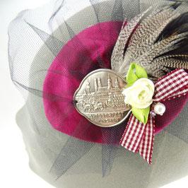 Kleines Dirdlkäppchen aus Seide mit schwarzem Tüll und München Emblem in verschiedenen Farben