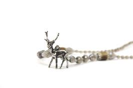 Collier aus facettierten silberfarbenen Glasperlen mit silberfarbenem Hirschanhänger und Hornelementen