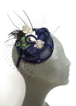 Fascinator aus marineblauem Sinamay, Federn und einem silberen Eichenblatt