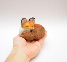 Kleiner schlafender Fuchs