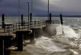 1200210-082V                   Sturmtief Sabine peitscht das Wasser an die Hafenmauer von Unteruhldingen