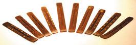 Räucherstäbchen-Halter aus Holz mit goldener Gravur
