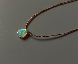Seidenkette mit Welo-Opal Anhänger, Minimalistischer Naturschmuck