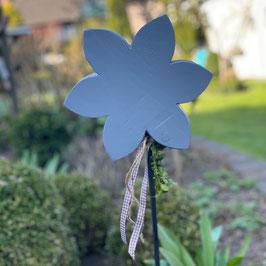 Blume auf Metallstab