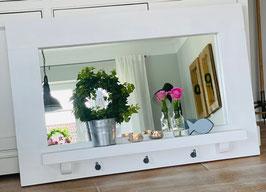 Weißer Spiegel mit Ablage