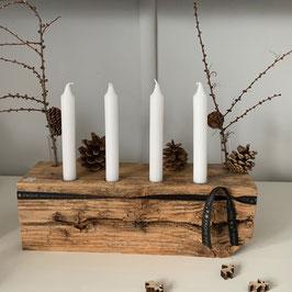 Rustikaler Holzblock mit 4 Kerzen