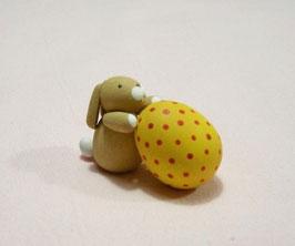 Häschen mit gelbem Ei