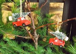 Pick-Up mit Weihnachtsbaum