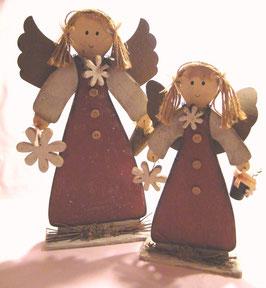 Engel aus Holz mit Blume, rot