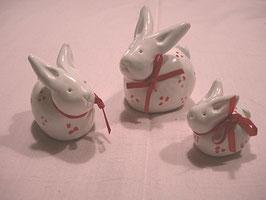 Kleine Häschen weiß mit roten Tupfen