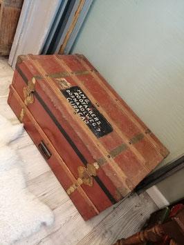 Oude zeekist bekleed met ijzer in hele hippe kleur roestbruin rood, houten en koperen banden. Afmetingen 37 x 85 x 47 cm