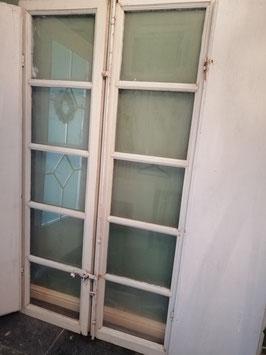 Prachtige set brocante ramen met luiken en mooi beslag uit Italië, in originele verf. Maak er een kast, spiegel, afscheiding of doorgang mee! Afm. 187 x 52 cm ( samen 104 breed) prijs voor de set