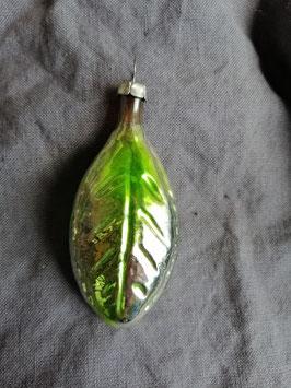 B513 oude kerstbal blad groen, hoogte 8,5 cm