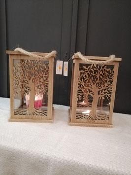 Leuke houten lantaarns, die aan 2 zijdes voorzien zijn van een levensboom, glas aan 4 zijdes. Afmetingen zonder hengsel 25 x 16 x 16 cm, prijs per stuk