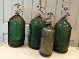 Grote brocante spuitwaterfles met en zonder net 2 liter, afmetingen 38 x 13,5 cm, prijs per stuk