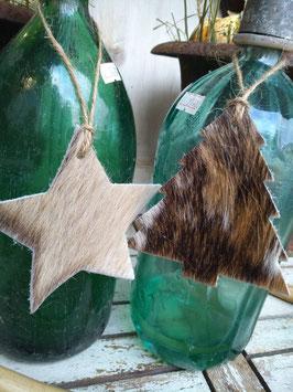 Geweldige sterren en bomen van dik runderleer, in diverse tinten. Hoogte zonder touw 11 cm. Leuk als decoratie aan een fles of pot, zonder touw als onderzetter, sleutelhanger, tashanger. prijs per st