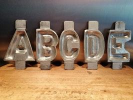 Antieke chocolademal letters afabet, zware letters, vernikkeld koper, hoogte 15 cm, Cladder & Jansen, prijs per stuk