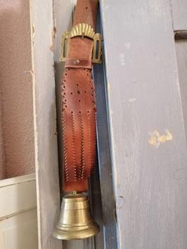 Stoere bel van koper aan lederen band, mooie heldere klank. Hoogte totaal 42 cm