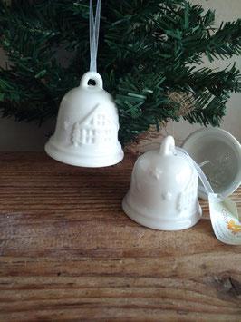 Mooie kerstklok met klepel van porselein, afmeting zonder koord 6x6 cm, prijs per stuk.