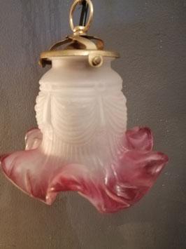 Prachtige antieke geschulpte kapjes van gesatineerd glas, met uitwaaierende framboise rand.  hoogte maximaal 80 cm, ketting in te korten. € 59,95 per stuk, 2 voor € 110,00 en alle 3 voor € 150,00