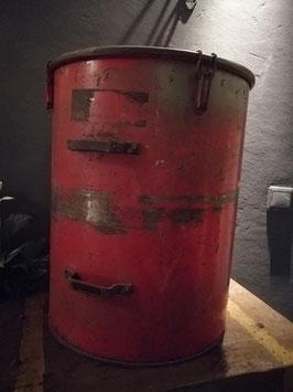 Stoere stevige ton van ijzer, met deksel met klemmen en 2 dikke handvaten. Binnenzijde in hele goede staat, erg geschikt voor kippenvoer, brokken, of als bijzettafel . Afm. 59 x 45 cm