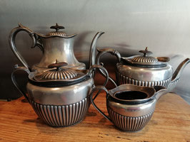 Prachtige antieke Engelse verzilverde koffiepot, theepot en roomstel van Philip Ashberry & Sons