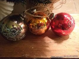 B081 set van 3 oude kerstballen groen, brons en rood met engel, 8 cm