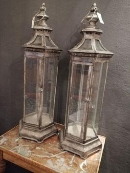 prachtige grote lantaarns of pronkkastjes van grijs gepatineerd metaal en gebogen glas afmetingen 77 x 29 cm