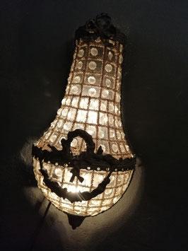 Mooie brocante kroonluchter zakmodel voor aan de wand, voorzien van knipschakelaar. Afmetingen 45 x 24 cm