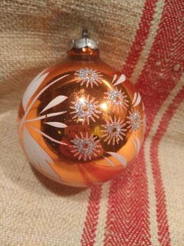 oude kerstbal brons met witte sterren en blaadjes, hoogte 8 cm