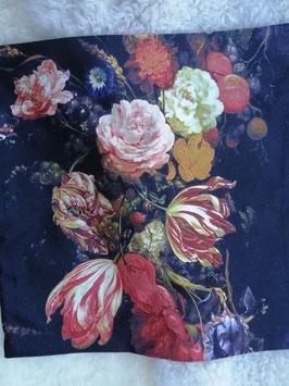Mooie kussenhoes van fluweelzachte stof, met mooie bloemen. Maar liefst 5 verschillende decors, van ieder 2 op voorraad. Afmetingen 45 x 45 cm, prijs per stuk