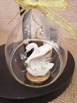 Mooie zwaan in open bal die je zowel neer kunt zetten als op kunt hangen, afmetingen zonder koord 10,5 x 8cm, prijs per stuk