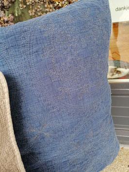 Mooie stone washed kussenhoes met gedetailleerd borduursel, in oud blauw (kleur eerste foto). Afmetingen 50 x 50 cm, prijs per stuk