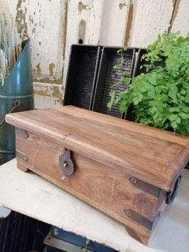 Mooie zware kist van hout, met prachtig beslag. Afmetingen 16 x 40 x 22 cm