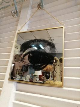 Toffe spiegel met afbeelding van oog, in gouden lijst. Afmetingen zonder kettinkje 20 x 20 cm, prijs per stuk
