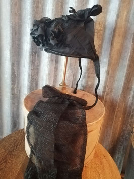 Originele kapothoed kornethoed, met kinstrik. Vervaardigd eind jaren 20, afkomstig uit het oosten van het land.De set bestaat uit de hoed, kinstrik met haak, stuk krant en uiteraard de hoedendoos