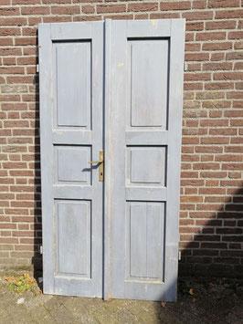 Mooie brocante kasteeldeuren in originele grijze kleur. Afmetingen per deur 198 x 52 cm, prijs voor de set
